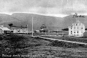 Bygningene på skolen ved oppstart. Bildet er trolig fra sommeren 1914 . Postkort